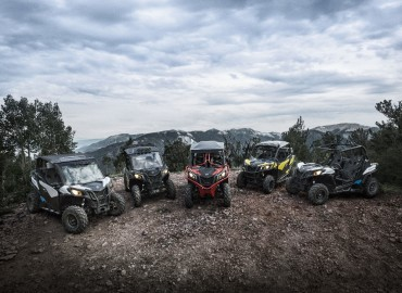 ac-beta-canam-ssv-2018-maverick-trail-family-shot